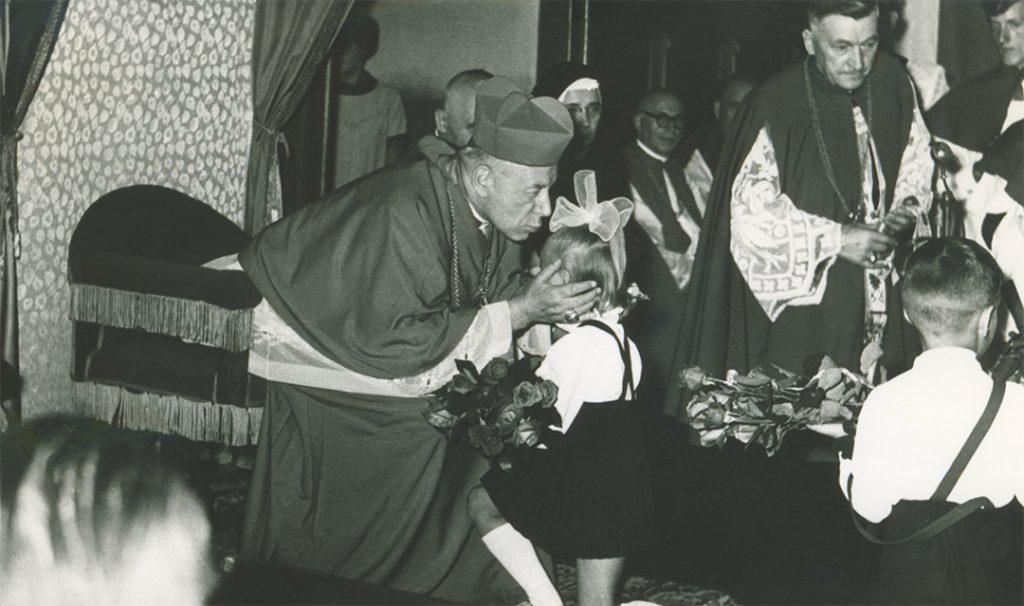 Fara Ciechanów, Prymas Polski wparafii farnej wCiechanowie, 19 sierpnia1967 r. Powitanie przezdzieci.