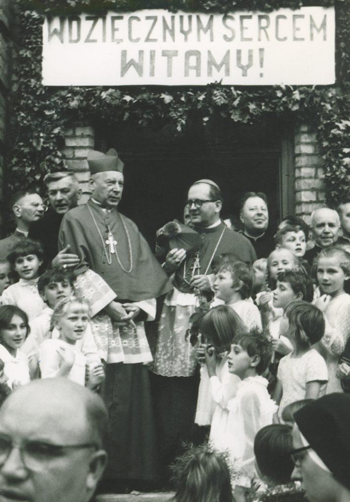 Fara Ciechanów, Prymas Polski wparafii farnej wCiechanowie, 19 sierpnia1967 r. Pożegnanie naschodach plebanii.