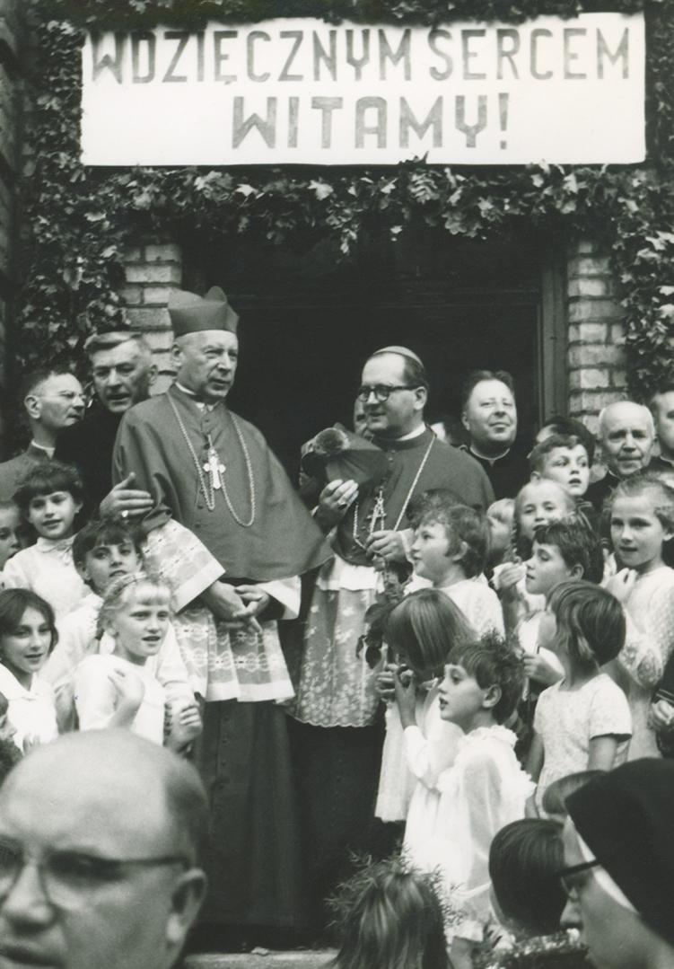 Fara Ciechanów, Prymas Polski w parafii farnej w Ciechanowie, 19 sierpnia 1967 r. Pożegnanie na schodach plebanii.